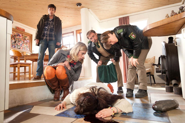 © WDR/ARD/Thomas Kost Tierheilpraktikerin Jungk (Döndü Aksoy, vorne) ist ermordet worden. Tierarzt Jochen Kauth (Arnd Klawitter, l.), Sophie Haas (Caroline Peters, 2.v.l.), Dietmar Schäffer (Bjarne Mädel, 2.v.r.) und Bärbel Schmied (Meike Droste, r.) beugen sich über die Leiche.