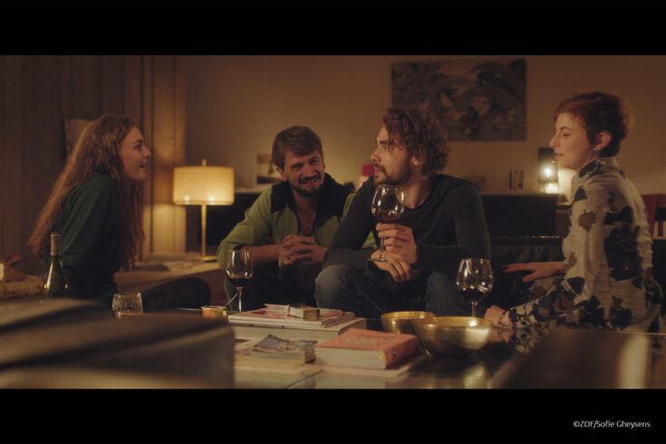 Zoë (Violet Braeckman), Bart (Michai Geyzen), Michiel (Boris Van Severen) und Ylena (Laurian Callebaut) schwelgen gemeinsam in Erinnerungen.